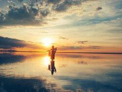画像:ウユニ塩湖で撮影したユウナ 画像提供:じゃこ氏は旅コスしたい(@1ja_co)さん