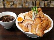 そびえ立つ肉山のド迫力! 『六代目けいすけ』湯島店で「つけ麺 キング盛り」を食べてきた