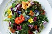食べるのがもったいない!お花畑のような「美しすぎるサラダ」