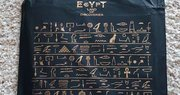 「古代エジプト展」の図録袋がカワイイと話題 ズラリと並ぶ「ヒエログリフ」には意味があるの?