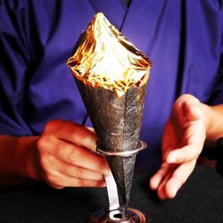 画像:純金箔をまるごと1枚のせた豪華絢爛なソフトクリーム 「金閣そふと」が金閣寺そばにオープン