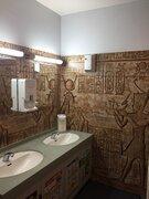 ドアを開けると、そこはエジプト!? 異国情緒がハンパないドンキ中野店の男子トイレ