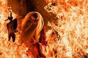 「天狗かっけぇ。。実写かよ。。」 北海道の「火渡り」写真が迫力ありすぎ