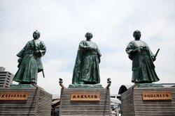 画像:台風にはかなわんぜよ? 高知駅前の龍馬像、7度目の「脱藩」から復帰