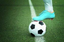 画像:サッカーボールが「白と黒」の理由は...