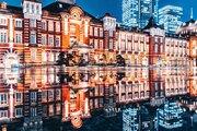 まさに奇跡の瞬間 光に包まれた東京駅、水たまりの反射でどこまでも広がる幻想的な光景に