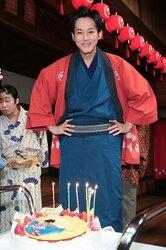 画像:松坂桃李、朝ドラ現場で20代最後の誕生日をお祝い!