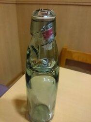画像:貴重なラムネ瓶にゴミ…客のマナーに激怒した居酒屋店主のツイートが物議/画像はかどや向島(本店)のTwitterより
