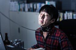 画像:「早くて午前0時退社、残業時間は月300」——厚労省「過重労働解消相談ダイヤル」に寄せられた悲痛な声