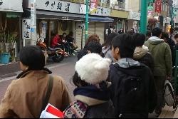 画像:11月23日と24日は2日間限定で「超濃厚豚骨魚介らーめん」を販売するイベントを開催しており、開店30分前にもかかわらず、すでに40名ほどの行列ができていた。
