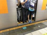 東京の満員電車は「無言で押しのけて降りるのがマナー」と教える先輩にツッコミ殺到 「そんなわけあるか」「普通に言うよ」