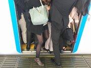 満員電車のカバン、どう持てばいいの? 逆転の発想が生んだ「秘策」がこちら