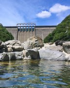 大迫力!巨大ダム見上げるパノラマ混浴 ドキドキの「開放ロケーション」も魅力【岡山・砂湯】