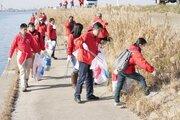 霞ケ浦から「水資源」をキレイに... コカ・コーラシステム、社員135人が清掃活動