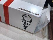 リボンが手足に見える...? カーネルおじさんの「呪い」が拡散、KFC広報に見解を聞いた