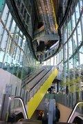 渋谷駅に「宇宙船」みたいなエスカレーター登場! 近未来的な新名所「アーバン・コア」